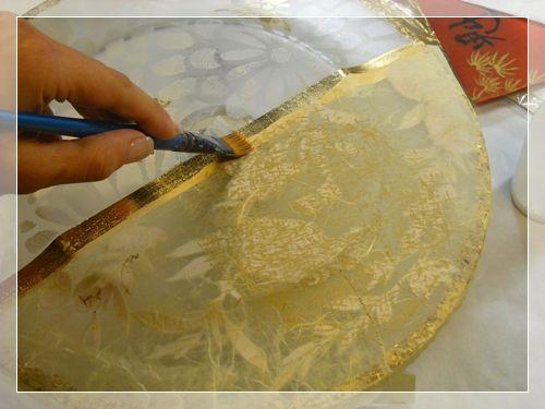Piatto orientale con tecniche miste stencil in foglia d'oro e découpage sotto vetro realizzato da Clara Tramontano in esclusiva per lcdm.it