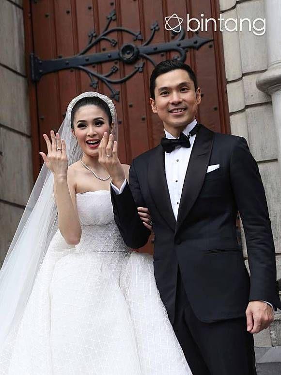 Bintang.com, Jakarta - Harvey Moeis akhirnya resmi menikah dengan pujaan hatinya, Sandra Dewi. Pemberkatan mereka berlangsung di Gereja Katedral, Jakarta Pusat, Selasa (8/11/2016). Pasangan yang berpacaran sejak tiga tahun hingga akhirnya resmi menjadi pasangan suami istri . Acara pernikahan mereka