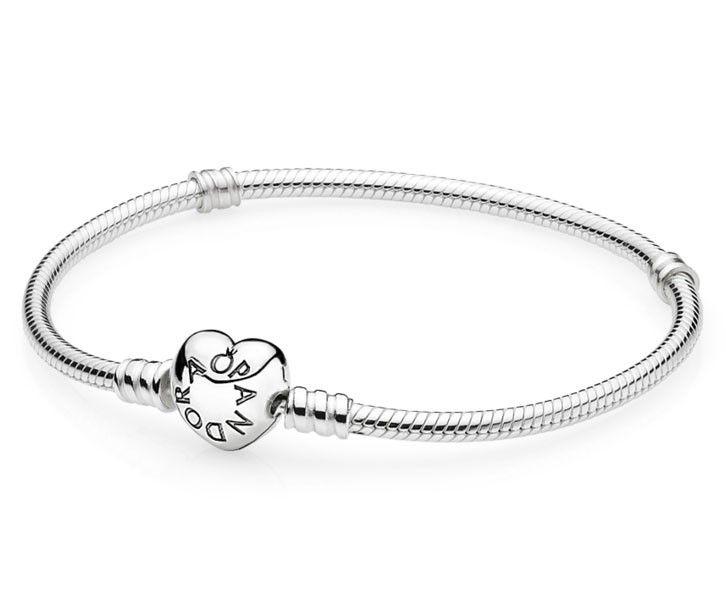 Pandora armband zilver Moments  19 cm  590719-19.  Pandora's klassieke en all-time favorite armband heeft een romantische twist gekregen met een hartvormige sluiting. De ultieme armband voor je persoonlijke collectie met onvergetelijke liefdesmomenten. Deze prachtige zilveren armband is de ideale basis om je persoonlijke armband te creëren.  Ontdek de charms die bij jou passen en draag jouw onvergetelijke momenten altijd bij je!