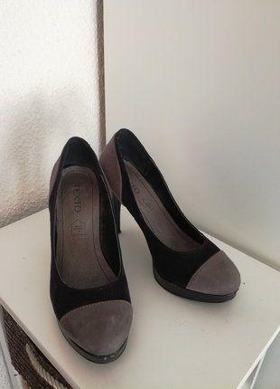 À vendre sur #vintedfrance ! http://www.vinted.fr/chaussures-femmes/escarpins-and-talons/28334887-escarpins-noir-et-gris-en-daim-texto