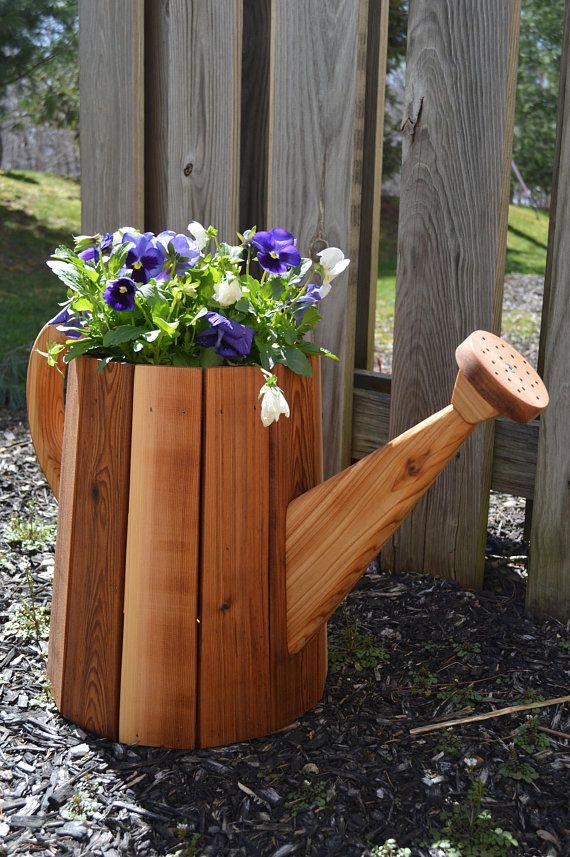 Watering Can Planter Large Cedar Planter Wooden Planter Decoraciones De Jardin Soportes De Madera Para Plantas Decoracion De Jardin Rustica