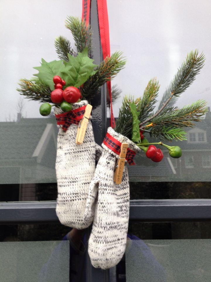Met wanten van de xenos, en takken/ lint van de action deze deur decoratie gemaakt voor de kerst&oud en nieuw.