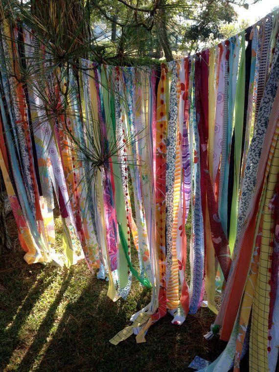 Cierra tu entorno con cortinas llenas de tiras de telas distintas