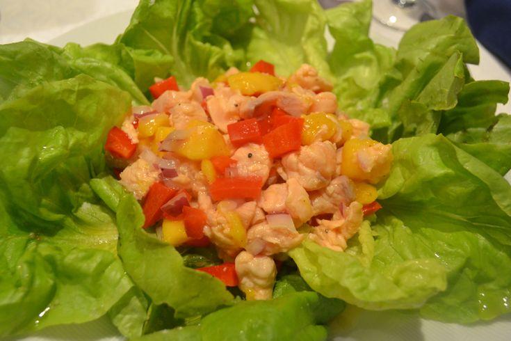 Receita de Ceviche!  Ingredientes para duas pessoas:    600g de salmão cru    1 cebola rôxa    1 manga    1 pimentão vermelho    suco de 4 limões    azeite    sal e pimenta