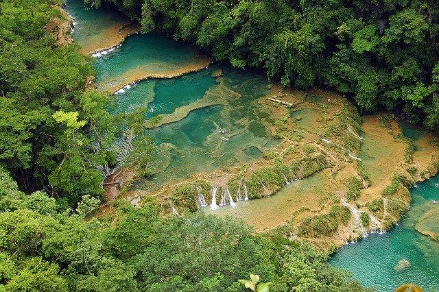 Cahabón cruza la selva subtropical de Guatemala y crea estas fantásticas piscinas naturales color turquesa. Puedes acampar en las inmediaciones del río y mojarte los pies en sus deliciosas aguas.