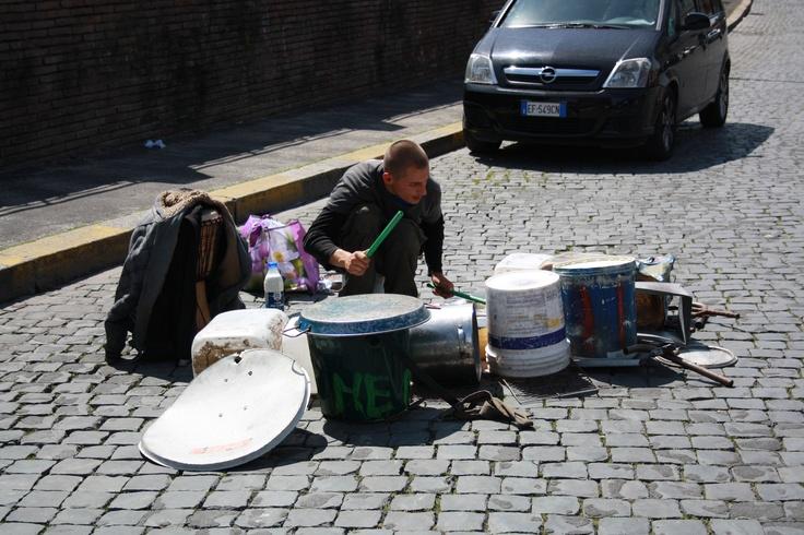 """Som noget helt specielt i Rom, har man mulighed for at lytte til """"live"""" musik. NB. det spilles ikke på instrumenter - men på affald :)  - Esra"""