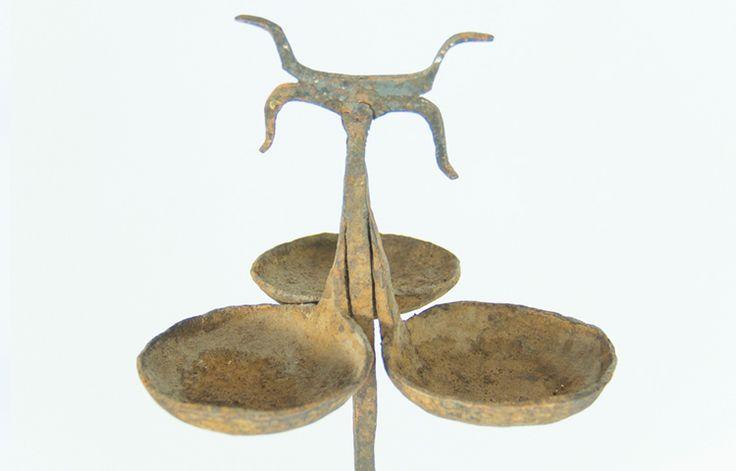 Lámpara aceite antigua India. Objetos curiosos y antigüedades en Tony Malony. Iluminación vintage.