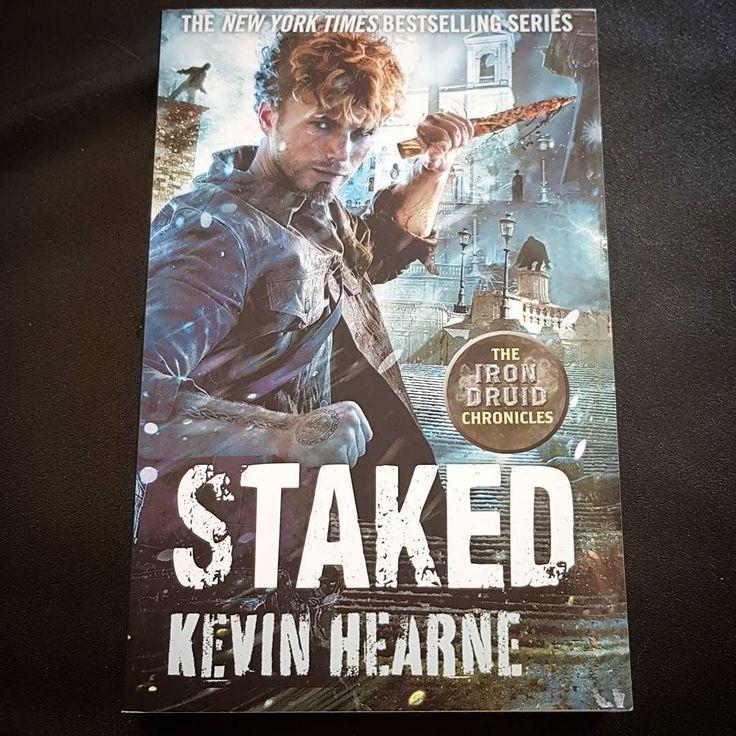 Jeg leser Staked av Kevin Hearne.  Bok 8 i The Iron Druide Chronicles en fantastisk urban fantasy serie  Anbefales! #lesetips #betraktninger