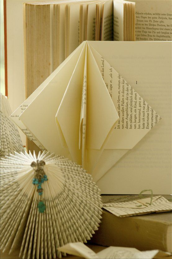 Ein Krimi wird zum Kreisel *DIY Bücher falten* Bücher falten (Bildquelle: Living and Green)
