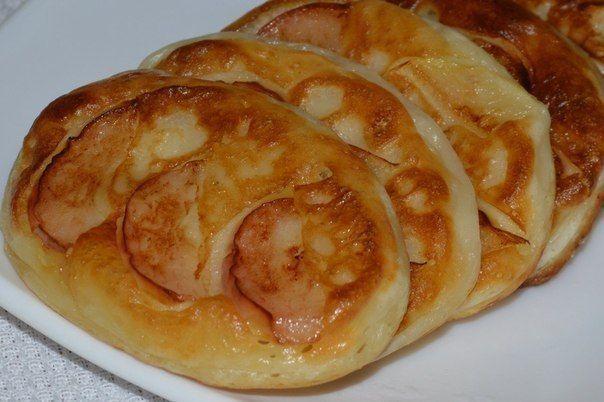 Оладушки с яблоком!  500 мл кефира жирного + 1 ч.л. соды, сахар, щепотка соли - перемешать и оставить на 5 минут Добавить муку, чтобы тесто было густым На сковороду с раст. маслом выложить ложкой тесто, придать форму, уложить дольки яблока. Обжарить с двух сторон (масла не жалеть) Яблоко заранее сбрызнуть лимоном, чтобы не потемнели Вкуснота!