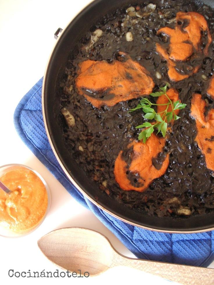 Arroz negro con salsa romesco