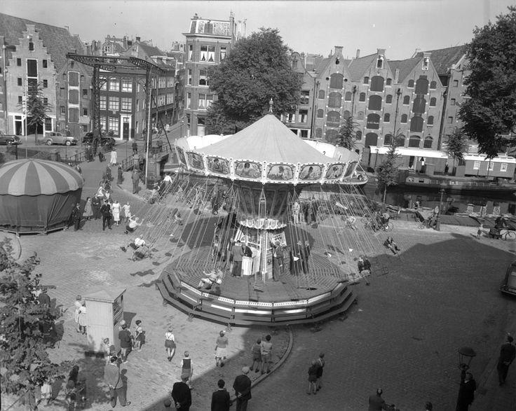 Kermis tijdens het Jordaanfestival, Palmgracht hoek Brouwersgracht, 8 september 1951 Foto Ben van Meerendonk