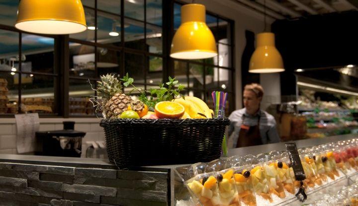 Шведское дизайнерское и производственное агентство IDEI Concepts AB разработало эту концепцию бара, где подают свежевыжатые соки и смузи, специально для того, чтобы сократить отходы и увеличить доход одного из стокгольмских супермаркетов. Дизайнеры задались целью создать атмосферу, которая отражала бы то чувство, когда срывается свежий спелый апельсин и хрустящее зрелое яблоко. Тем временем, прибыль магазина растет, …