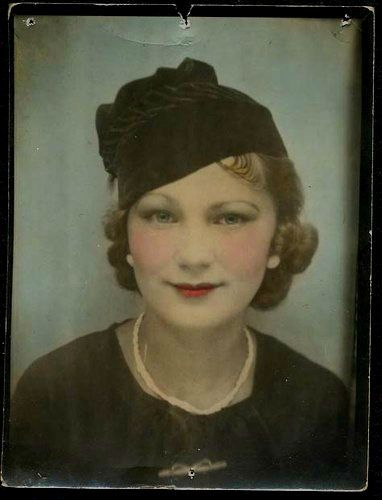 Vintage Photo Booth... god i wish i was this pretty