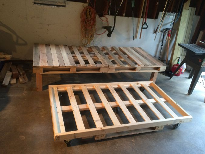 Diy pallet day bed with roll out trundle pallets for Diy kids pallet bed