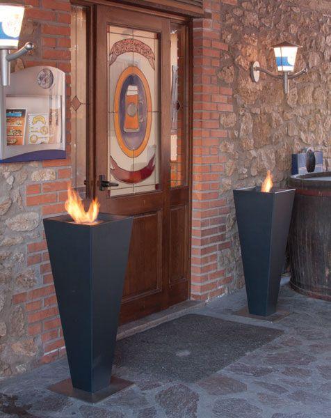 TORPE METAL Vasi in metallo verniciati con base in acciaio, realizzati nei colori della gamma ALTRO FUOCO. Utilizzabili sia in casa che in ambienti contract (hotel, residence, ristoranti). Ispirano un'atmosfera antica con un accento moderno.