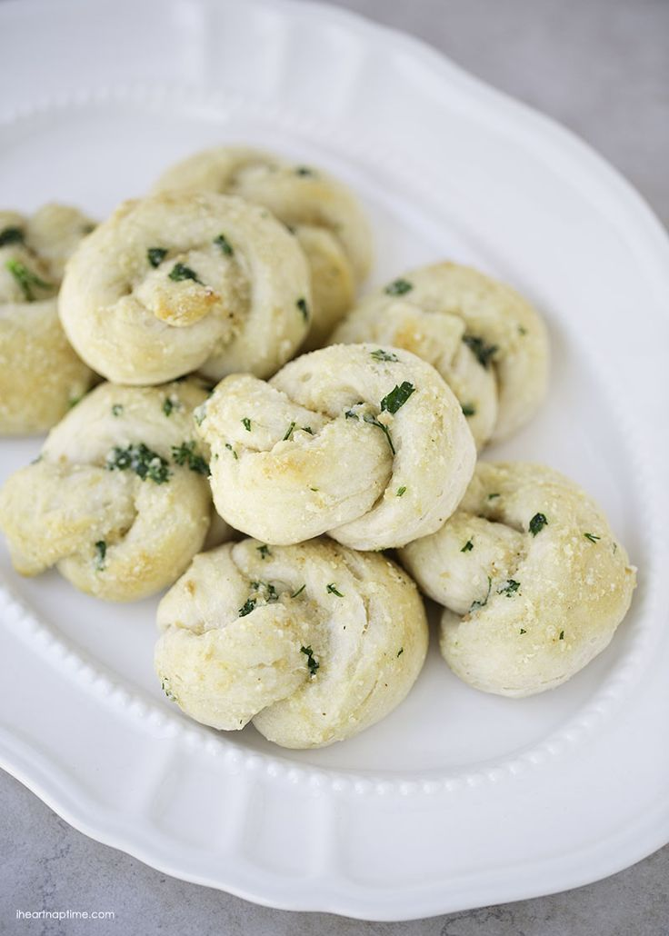 Easy garlic parmesan knots -super tasty and only takes 20 minutes to make!