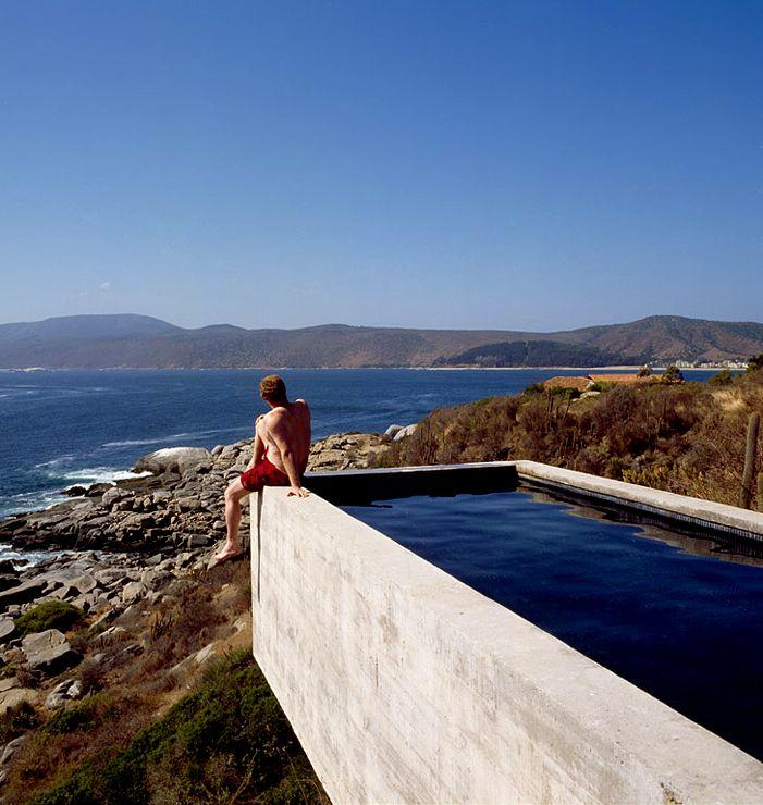 Flachdachhaus aus mehreren Baukörpern in Chile In die Landschaft ragender Beton-Pool