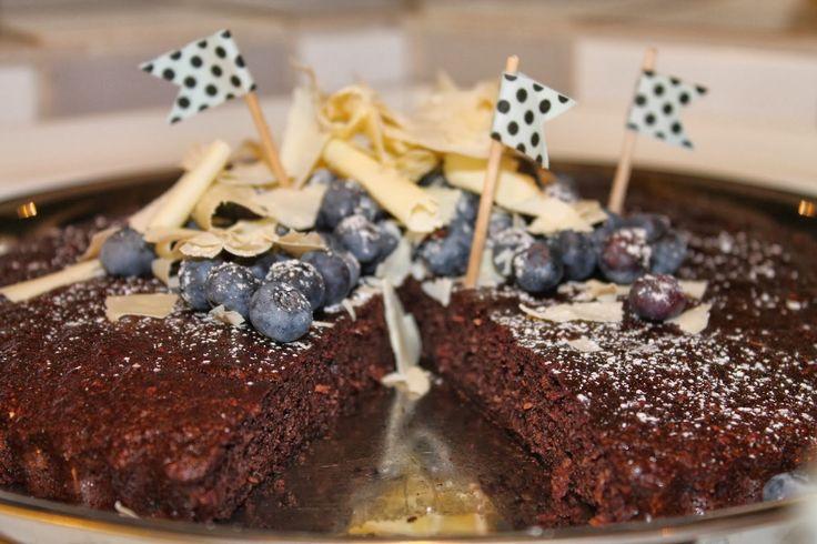Et sundt alternativ til lækker kage med dadler, kokos og kakao - helt uden sukker og mel    Jeg er nu kommet hjem fra en dejlig uge i Abu Dhabi og Dubai - det har været skønt. Men nu skal der gang i madbloggen igen! Og det her er en kage, som jeg blev positivt overrasket over. Min....