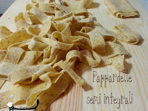 Pappardelle semi integrali, giusto per cambiare un po' e aggiungere un po' di fibre alla nostra pasta. La pasta fresca piace sempre, che dite di provarla?
