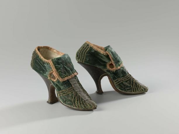 Damesschoen van groen fluweel versierd met verticale en diagonale zilveren passementen, met dunne hoge leren hak | Modemuze