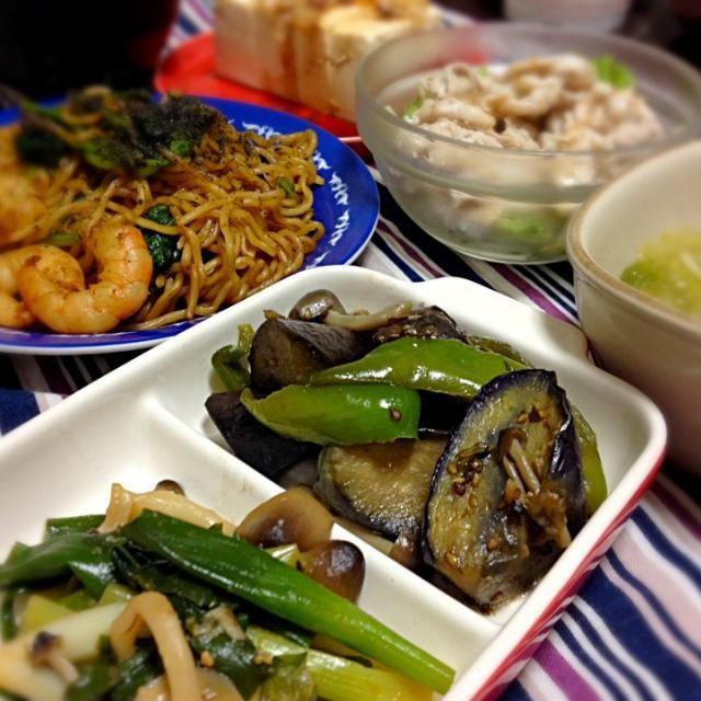 小松菜とエビの焼きそば。 茄子とピーマンの煮浸し(紫蘇の実とごまの佃煮を隠し味に) 九条葱のぬた和え風(魚を煮付けた味噌ダレベースにポン酢加えて)  ピーマン以外は父の畑のお野菜。カッコ内は昨日までの料理の流用。  夏の終わりは天候不順のため、不作だったらしいけど、復活か。小松菜は生でも食べられそうなくらい。九条葱も初お目見えでしたが素晴らしい出来ではないかと。 魚の風味残る味噌ダレがいい感じでからんでくれました。 - 13件のもぐもぐ - 海老と小松菜のやきそば、なと。 by もじゅ
