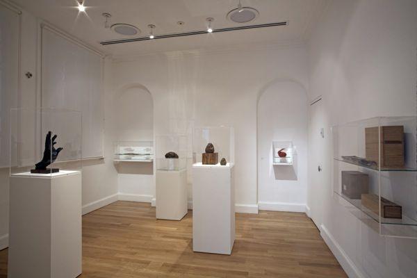 撮影:Jerry Hardman-Jonesこのたび、武蔵野美術大学 美術館・図書館では、展覧会「近代日本彫刻展 ― A Study of Modern Japanese Sculpture」を開催します。  本展は、西欧の研究者が日本の近代彫刻を紹介するこれまでにない試みとして、エドワード・アーリントン教授(Edward Allington/ロンドン大学スレード校大学院)の協力のもと、リーズ(イギリス)にあるヘンリー・ムーア・インスティテュートによって企画され、同地にて2015年1月18日から4月19日まで開催されました。西欧の視座から日本の近代彫刻とその歴史を見直すことで、日英の双方が「彫刻」についての認識を深める一方で、イギリス展を契機に、西欧においても「近代日本彫刻」が新たな研究分野として確立されることが期待されます。…