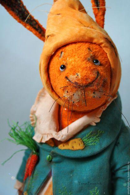 Купить или заказать Заяц Морковкин в интернет-магазине на Ярмарке Мастеров. Любитель дач и морковок! Полностью ручная работа. Пиджак - лен, ручного окраса. Вышивка - рококо, стёжка, объёмная аппликация. Брошь морковки - вязание крючком, нитями мулине. Объёмная шапка-морковка с прорезями для ушек с застежкой на пуговке - съемная, внутренняя отделка- стёжка. Увесист и хитЁр, не смотря на грустные глазёночки! Стоять не умеет из-за особенностей строения ножек, прекрасно сидит на попке и в…