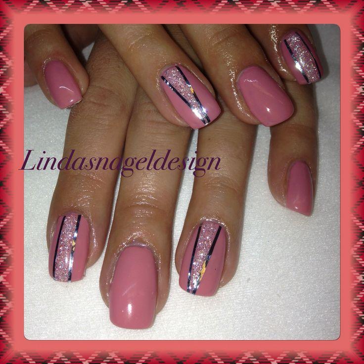 Rosa naglar med silver stripes och silver glitter!!