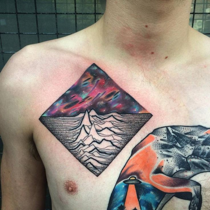 Tatuaje de estilo psicodélico inspirado en un disco de Joy Division.