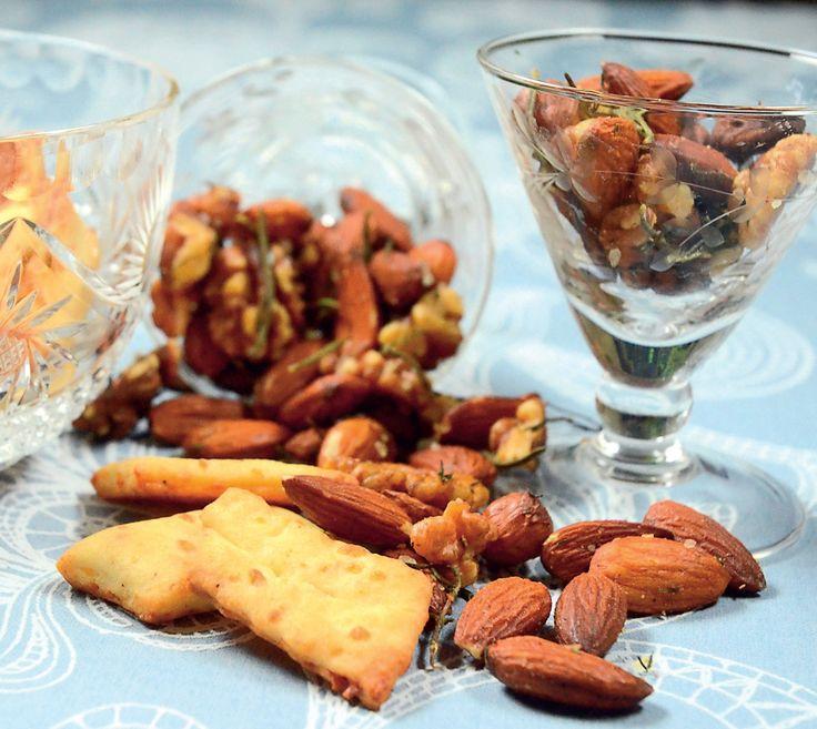 De her hemmelavede saltmandler med krydderurter er perfekte som en lille snack eller som drys på salaten.