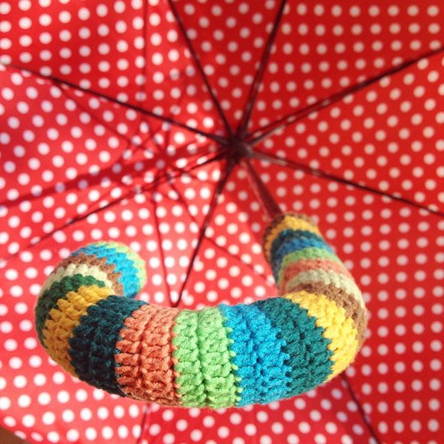 Sapı eriyip yapış yapış olmuş şemsiyemizin , düşündük ve kaplamaya karar verdik  eskisinden de güzel oldu  #bebeklikedi #şemsiye #tığişi #umbrella #crochet #recycle #yenileme #handmade #elişi