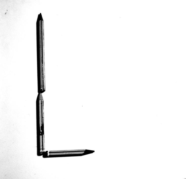 Letra L hecha con lápices
