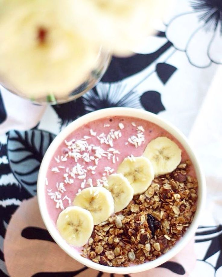 LIFEBYVEGAN–Smoothie bowls are the best. Especially when they're pink.