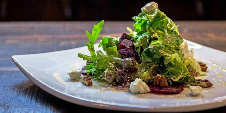 Salada de beterraba assada, nozes pecã e queijo de cabra | Gastrolândia – por Ailin Aleixo