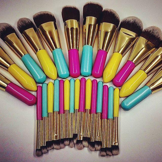 Oletko aurinkoinen keltainen? Cool niin kuin turkoosi? Vai pinkki kuin flamingo? / Are you sunny as the sun? Or as cool as acqua? Or do you prefer pink like a flamingo? #pinkki #purkkimafia #aurinko #meikki #sivellin #turkoosi #värit #kosmetiikka #kosmetik #makeup #kauneus #kauneusblogi.  link in the profile! #brushes #pink #yellow #aqua