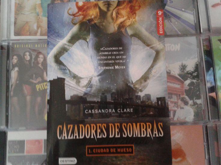 """""""Cazadores de Sombras: Ciudad de Hueso """" escrito por Cassandra Clare:"""