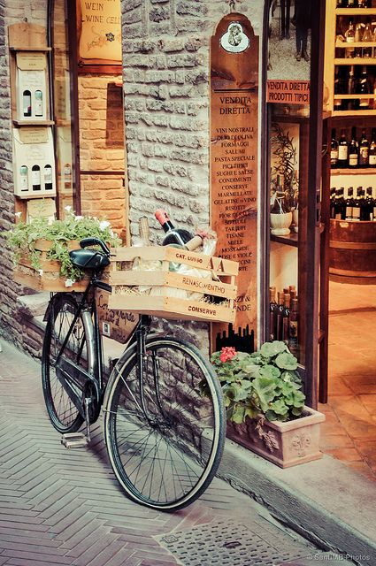 San Gimignano, Toscana (Italia). A the wine shop, definitely need the bike filled with wine.