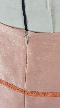 Jupe en soie sauvage bordée de dentelle :  détail dos avec fermeture invisible