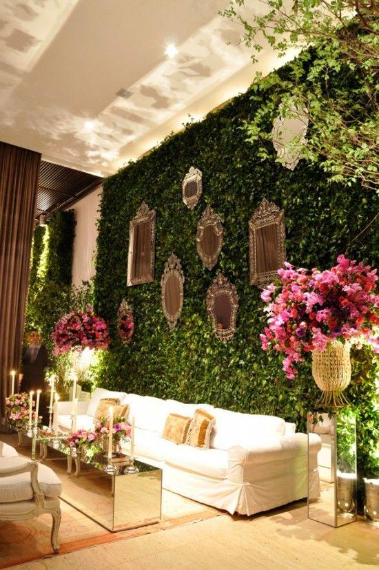 """O muro inglês é a famosa parede de folhagens! Algumas pessoas não suportam a idéia de ter um """"muro de folhas"""" em seu casamento. Mas para aqueles que AMAM a idéia e acham que o ambiente fica mais aconchegante, separei várias inspirações! O muro é extremamente versátil, pode ser usado no lounge, hall de entrada, fundo da mesa de bolo… Pode receber borboletas, flores, espelhinhos… Xoxo =*** Imagens via 1,2,3,4,5."""