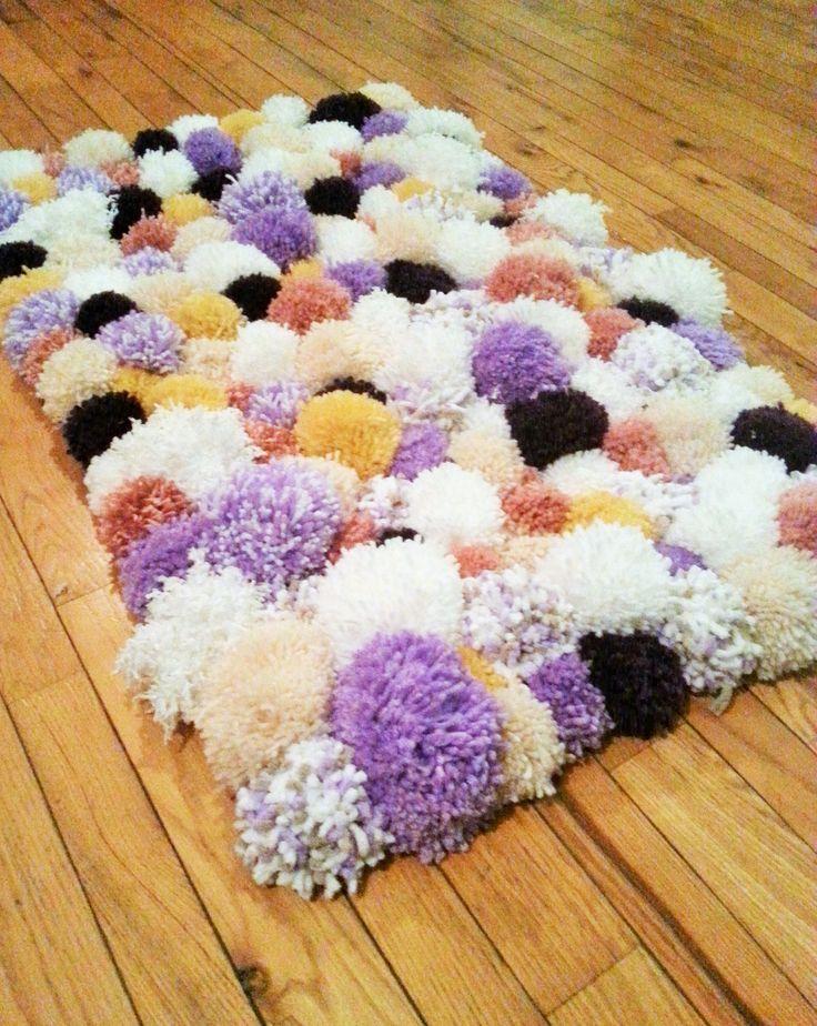 DIY pom pom rug  #knit #wool #yarn #rug #pompom #knitting #craft #carpet #cute #purple #soft #homemaderug #pompomrug