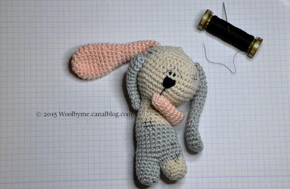 Для начинающих практиковаться в искусстве амигуруми предлагаем связать забавного и милого кролика, который станет отличным подарком близким на праздники.