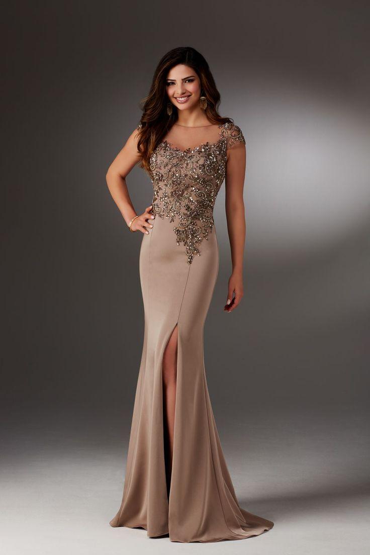 Elegancka suknia Mori Lee na krótki rękaw, z rozcięciem w spódnicy. Długa suknia wieczorowa, z krepy, z seksownym rozporkiem z …