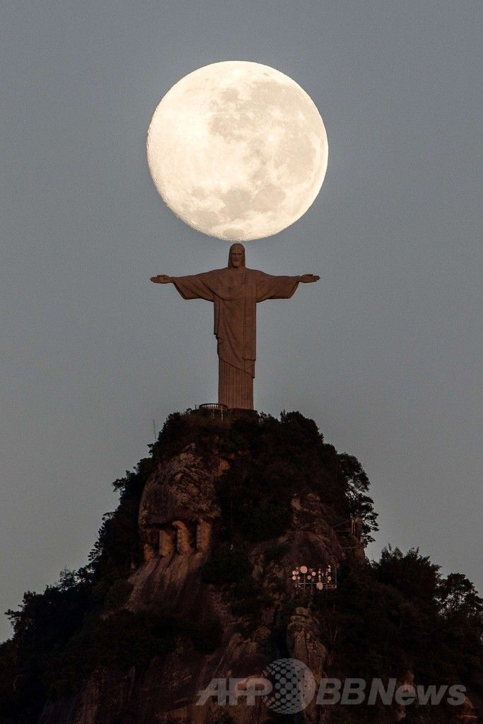 ブラジル・リオデジャネイロ(Rio de Janeiro)にあるコルコバード(Corcovado)の丘の巨大なキリスト像(Christ the Redeemer、2014年6月14日撮影)。(c)AFP/YASUYOSHI CHIBA ▼15Jun2014AFP 月明かりの下に立つリオのキリスト像 http://www.afpbb.com/articles/-/3017739 #Rio_de_Janeiro #Christ_the_Redeemer #Cristo_Redentor #Christ_Redempteur #Patung_Kristus_Penebus #Pomnik_Chrystusa_Odkupiciela #Christus_de_Verlosser