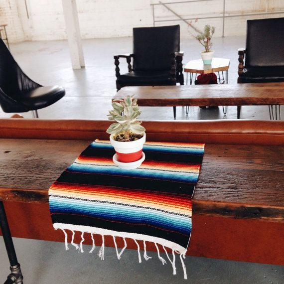 Articles Similaires A Textiles Navajo Au Sud Ouest Mexicain Table Set De Table Runner Tissu Tap In 2020 Contemporary Rug Decor Throw Blanket