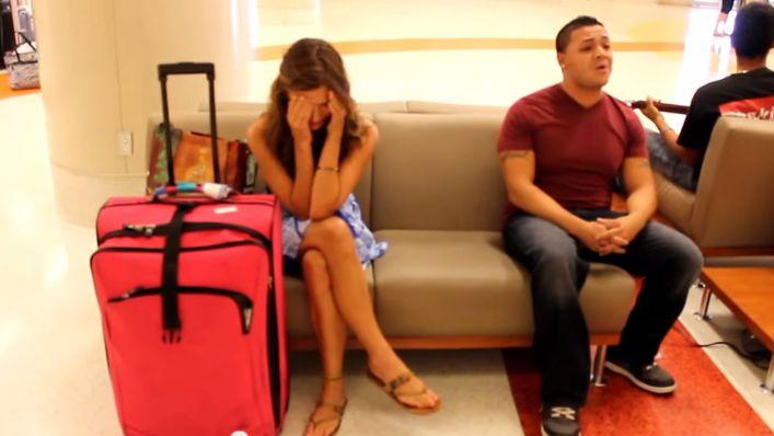 Cette jeune femme va être surprise par cet homme insistant pour s'asseoir à côté d'elle.