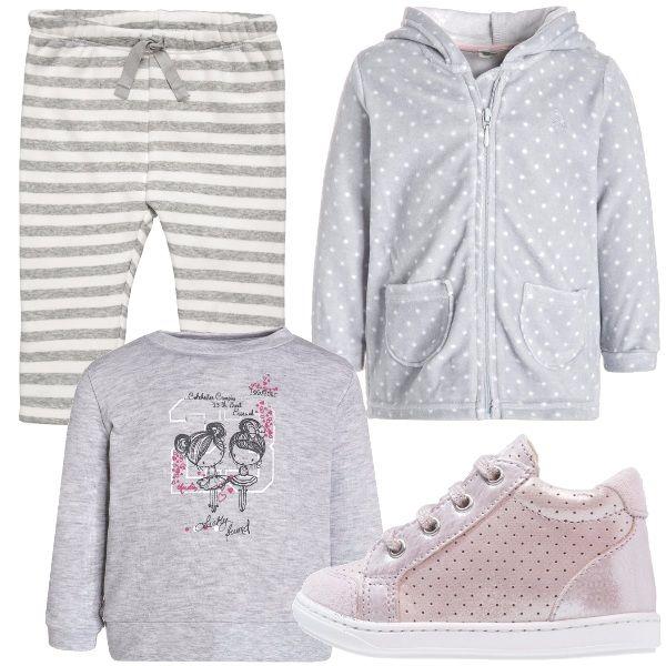 La vostra piccolina cresce in fretta, questo è l'abbigliamento adatto per farle scoprire il mondo con stile. Pantaloni morbidi a strisce bianche e grigie, una t-shirt grigia e una felpa grigia a pois bianchi. Ai piedi scarpine primi passi rosa chiaro.