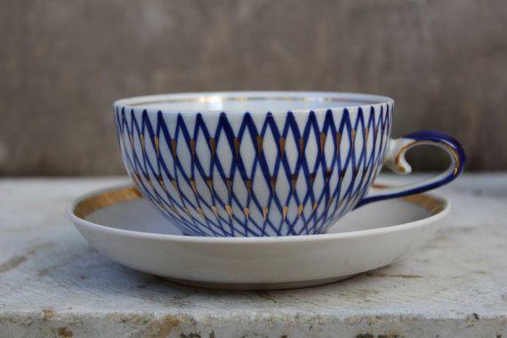 Sowjetischen Jahrgang nicht übereinstimmende Teetasse und Untertasse, russische weiße Tasse mit Hand bemalt Kobaltblau und Gold Dekoration. Made in UdSSR