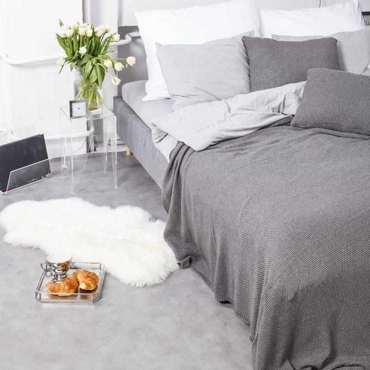 Bawełniana KocoNarzuta Nocne Dobra sprawdzi się jako koc, a także jako narzuta na łóżko. Jej głęboki grafitowy kolor dopełni wnętrze sypialni lub doda uroku salonowi. Idealnie przykryje łóżko o podwójnym rozmiarze, a w chłodniejsze, wiosenne wieczory sprawdzi się jako przykrycie na kanapie.