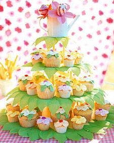 Mix large with small to mimic the variation in a garden. Decorate a cake stand with green crepe paper leaves and top with a watering can full of sweets.Birthday Parties, Birthday Cupcakes, Flower Cupcakes, Parties Ideas, Cupcakes Display, Gardens Parties, Cupcakes Towers, Cupcakes Stands, Cupcakes Rosa-Choqu